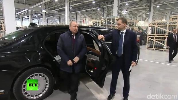 Mobil kepresidenan Vladimir Putin juga buatan Rusia