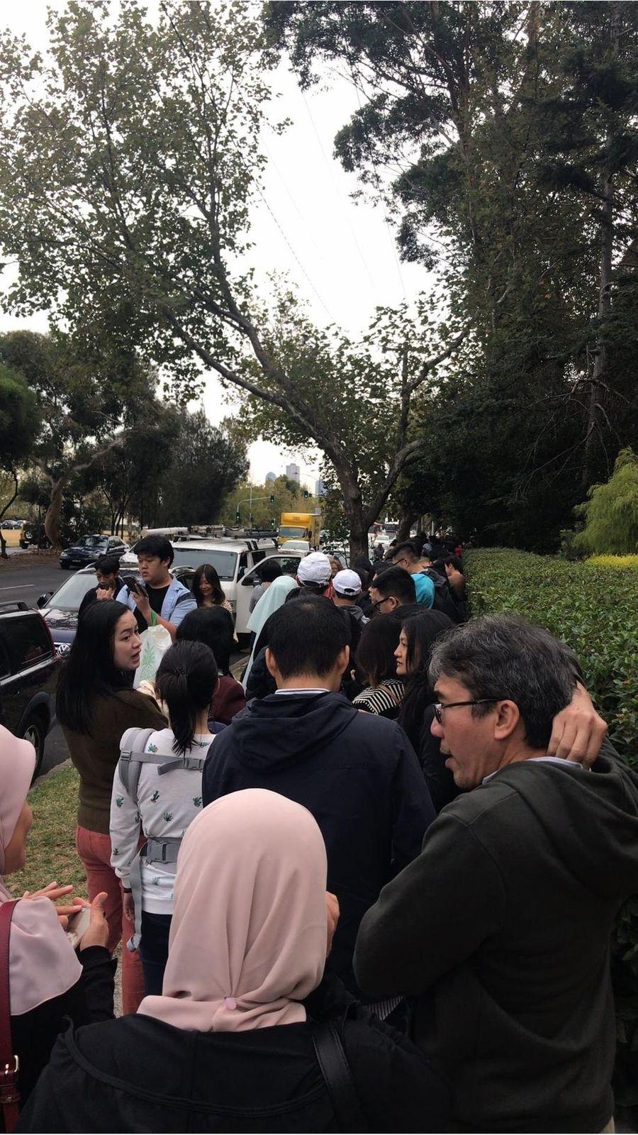 WNI di Melbourne berpartisipasi mengikuti pemilu hari ini. Mereka sudah mengambil nomor dan antre sejak pagi tadi (Istimewa/Nadya)