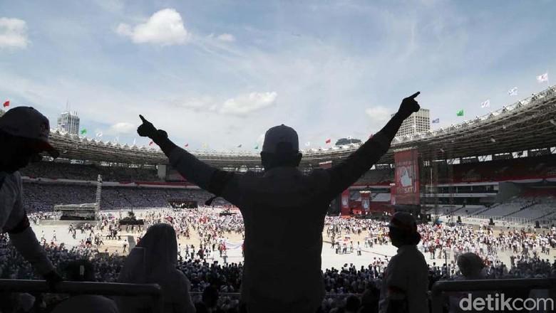 Potret Pendukung Jokowi Jelang Konser Putih Bersatu di Dalam Stadion GBK