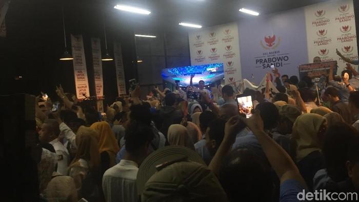 Foto: Nobar debat capres di Media Center BPN Prabowo-Sandi, Jalan Sriwijaya, Kebayoran Baru, Jakarta Selatan. (Ibnu-detikcom)