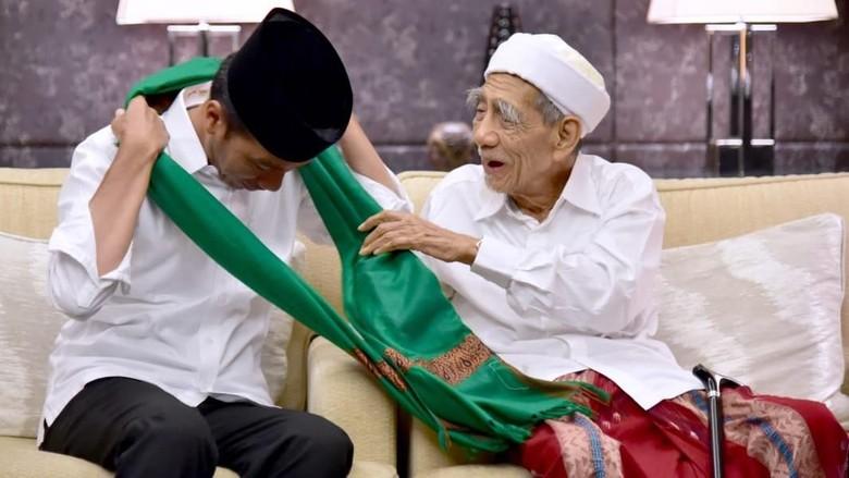 Hadiah Tasbih dan Sorban Untuk Jokowi