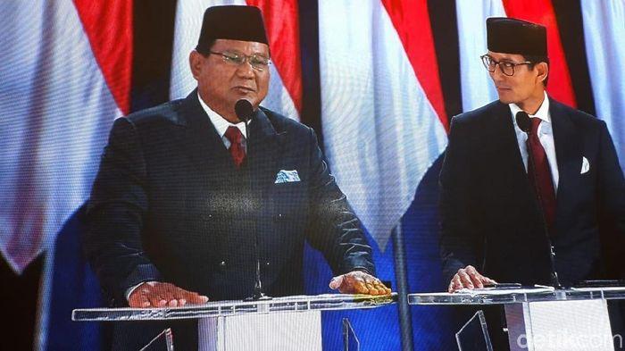 Foto: Prabowo Subianto dan Sandiaga Uno di panggung debat pamungkas. (Dwi-detikcom)