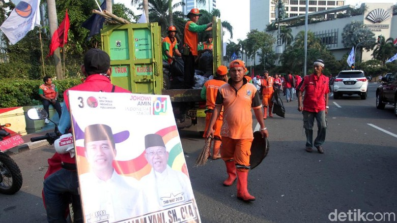PPSU Bersihkan Bundaran HI Usai Konvoi Kampanye Akbar - 01
