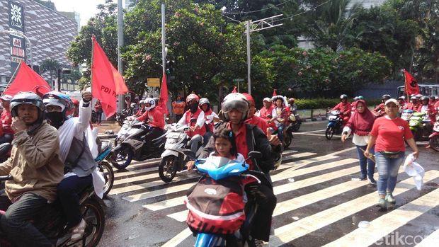 Massa pendukung Jokowi bergerak dari Bundaran HI ke GBK, Sabtu (13/4/2019)