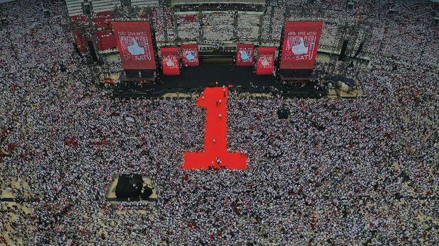 Pendukung Jokowi padati SUGBK di Konser Putih Bersatu.