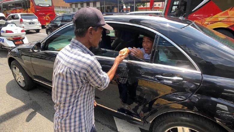 Momen Jokowi Terjebak Macet di Tol Cawang Lalu Disalami Pria Bersandal