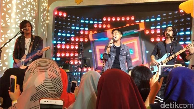 Kanda Brothers Awali Performance Lewat Kala Cinta Menggoda di dHot Music