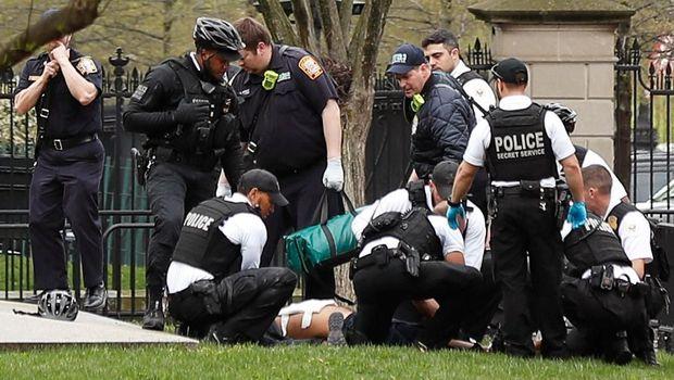 Para polisi AS dan agen Secret Service mengamankan seorang pria yang berupaya membakar diri di luar Gedung Putih