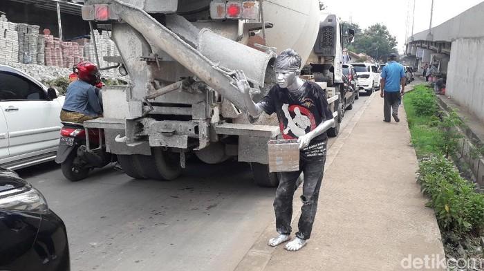 Ikhsan si Manusia Silver di Bekasi. Foto: Rosmha Widiyani/detikHealth