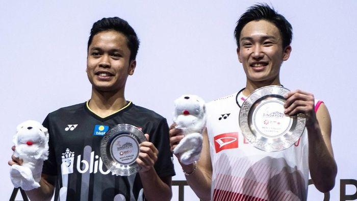 Anthony Ginting gagal memanfaatkan kesempatan saat memimpin sehingga kalah dari Kento Momota di final Singapura Terbuka. (Foto: Theodore Lim / AFP)