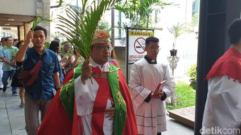 Diwarnai Perarakan, Misa Minggu Palma di Katedral Berjalan Lancar