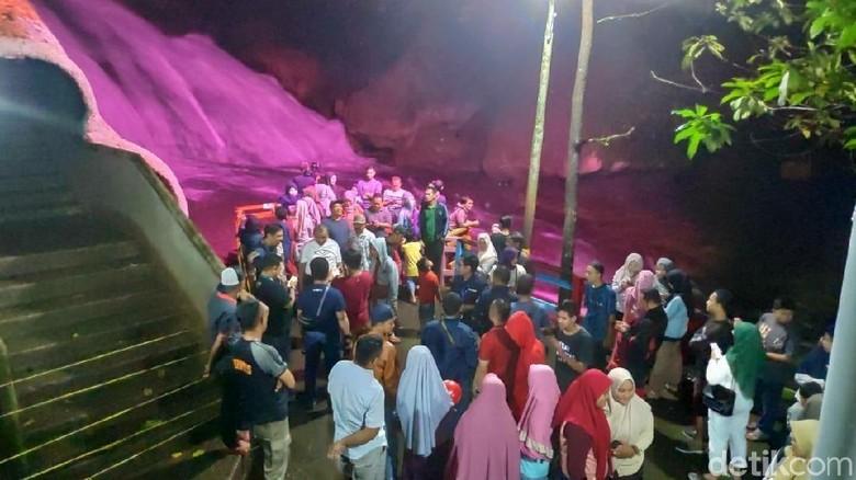 Air Terjun Bantimurung yang disorot warna-warni kala malam (Bakrie/detikcom)