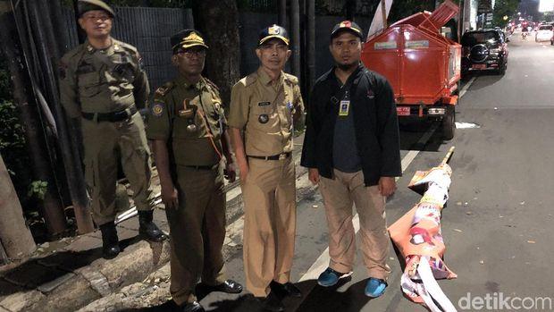 Penertiban Baliho Caleg di Mampang, Pasukan Oranye Dikerahkan
