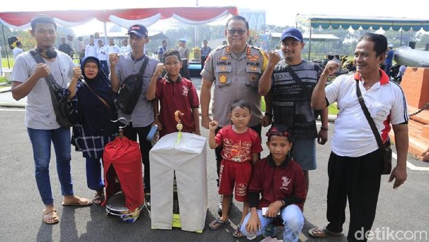 Kapolda Jatim bersama peserta lomba/