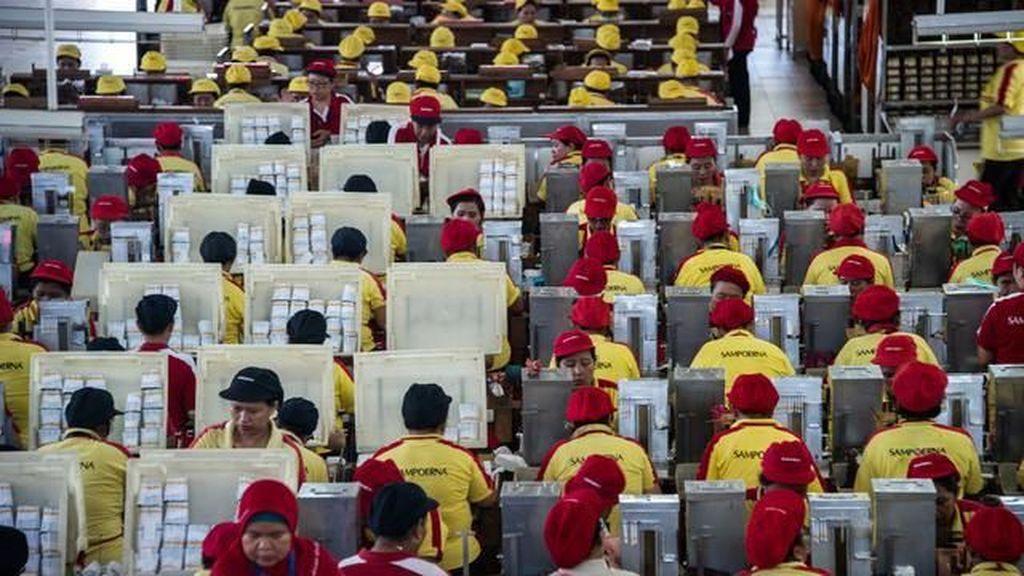 Aturan Upah Mau Direvisi Jokowi, Menguntungkan Buruh?