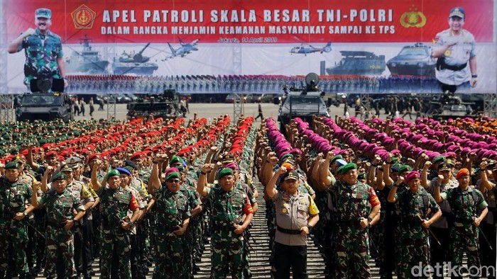 Personel gabungan TNI-Polri menggelar apel patroli skala besar di JIExpo, Kemayoran, Jakarta, untuk mengamankan Pemilu 2019.