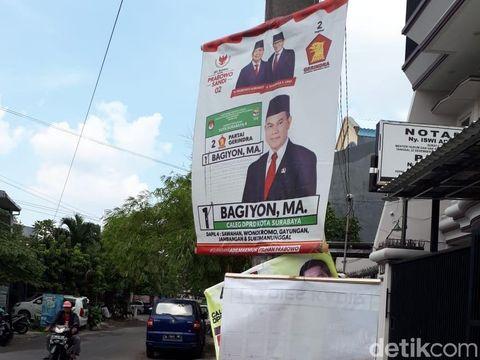Alat peraga kampanye di kawasan Surabaya/