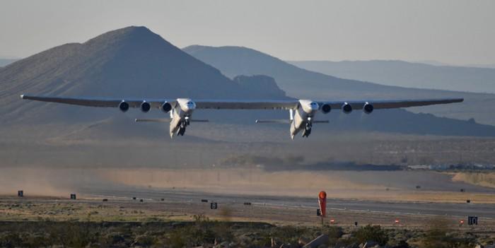 Stratolaunch terbang. Foto: Reuters
