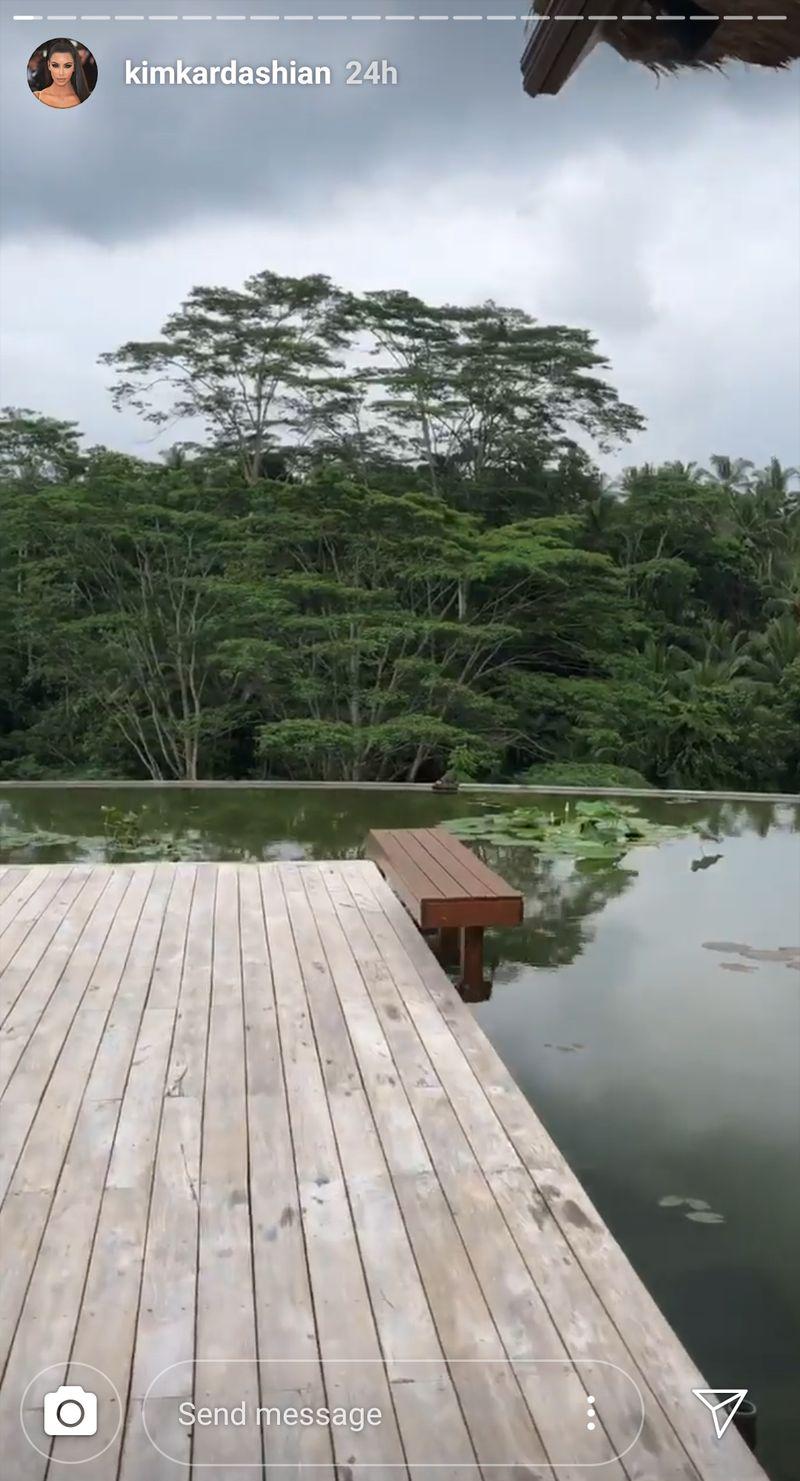Unggahan terbaru Kim Kadarshian Sabtu kemarin (13/4) menunjukkan kalau ia tengah liburan ke Bali. Dicari tahu detikcom, kemungkinan besar ia menginap di Four Seasons Resort Bali at Sayan di Ubud, Gianyar (@kimkadarshian/Instagram)