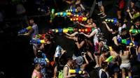 Dibalut dalam bentuk festival, masyarakat dan turis akan menyatu untuk main basah-basahan. Siapa pun bisa bergabung untuk menikmati kemeriahan Songkran. (Reuters)