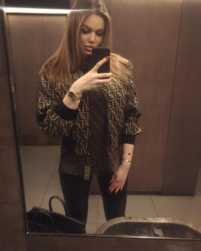 Inilah Daria Radionova, gadis cantik Crazy Rich Russian yang membuat heboh gara-gara menghias mobil Lamborghini Aventador miliknya dengan 2 juta butir kristal Swarovski senilai Rp 5 Miliar. (Instagram/@dradionova)