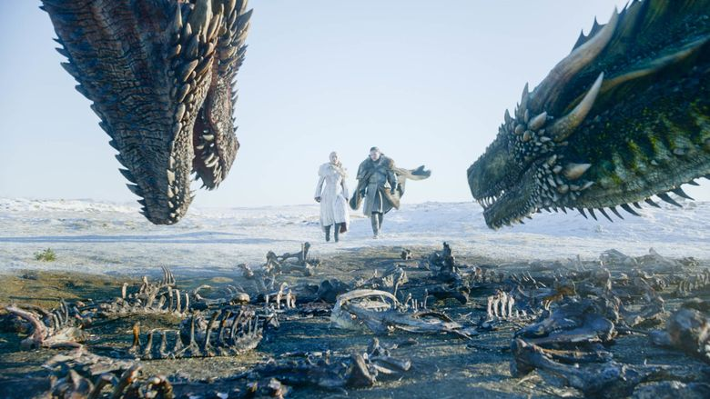 Daenerys dan Jon Snow menghampiri dua naga sambil pegangan tangan. Foto: Courtesy of HBO
