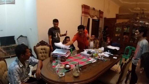 Wakil Bupati Paluta, Provinsi Sumatera Utara, Hariro Harahap terjaring Operasi Tangkap Tangan (OTT) Polres Tapanuli Selatan (Tapsel), Senin (15/4), diduga terlibat bagi-bagi uang untuk memenangkan istrinya.