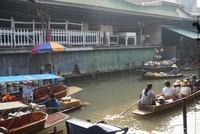 Sejumlah pedagang menjajakan dagangannya di atas perahu (Shinta/detikcom)