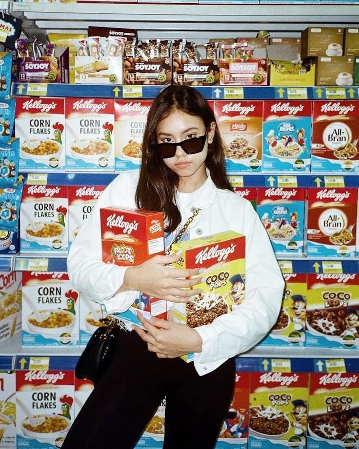 Ke supermarket, Naomi tampak memegang dua kardus sereal yang sering ia nikmati saat sarapan. Foto: Instagram@naomi.paulinda