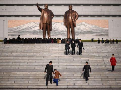 Warga Korut beramai-ramai memberikan penghormatan kepada mendiang Kim Il-Sung