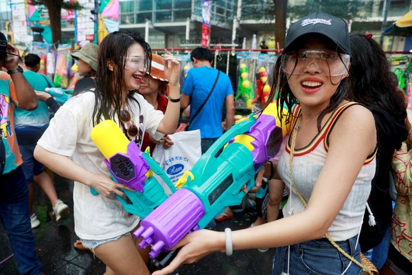 Festival Songkran yang rutin diselenggarakan tiap tahunnya di Thailand pun dilaporkan batal. Ketua Khaosan Business Asscociation Piyabutr Jeewaramonaikul, mengumumkan keputusan pembatalan acara yang akan diadakan April mendatang tersebut. Dok. Reuters.