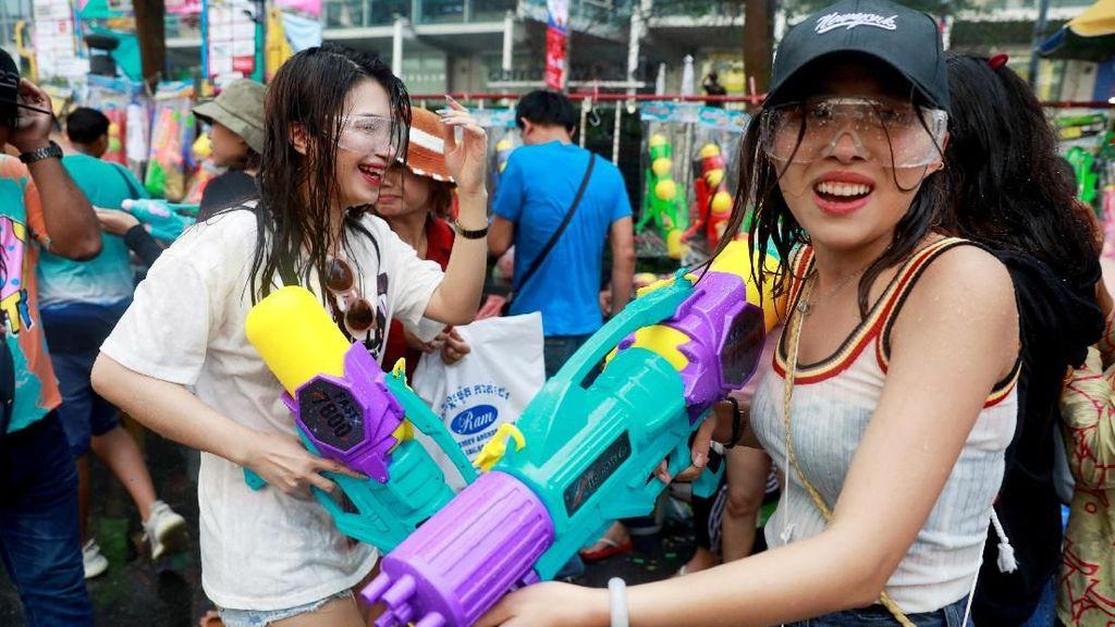 Yuk, Lihat Keseruan Warga Thailand Main Air Untuk Buang Sial