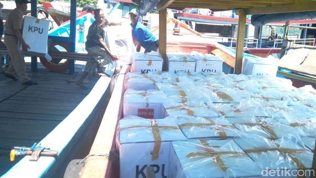 KPU Cilacap distribusikan logistik pemilu ke Kampung Laut pakai kapal.