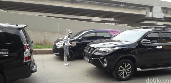 Beraksi di badan jalan, Dayat harus menghadapi risiko kecelakaan karena kendaraan bermotor. Bisa ketabrak, keserempet, atau kecelakaan lalu lintas lainnya. (Foto: Rosmha/detikHealth)