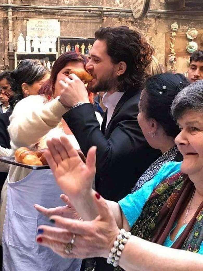 Aktor berusia 32 tahun ini paling gemar mencicipi aneka roti. Ini pose serunya saat mencicipi roti hangat dalam salah satu kunjungannya. Foto: Istimewa