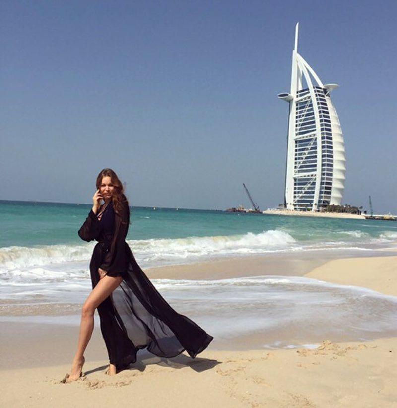 Sebagai Crazy Rich Russian, sudah pasti Daria pernah liburan ke berbagai destinasi eksotis dunia. Begini pose Daria di depan Burj Al Arab, Dubai. (Instagram/@dradionova)