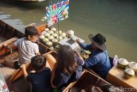 Aneka makanan lezat juga dijual di sini. Jangan lupa mencoba transaksi di atas perahu ya! (Shinta/detikcom)