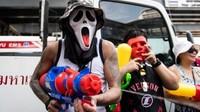 Bagi traveler yang suka festival, di Negeri Gajah Putih, Songkran adalah primadonanya. Karena festival ini juga dikenal sebagai pertempuran air terbesar dunia. Wah! (AFP)