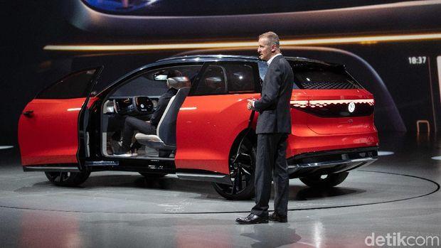 CEO VW Herbert Dies menjelaskan mobil ID. Roomzz di Shanghai