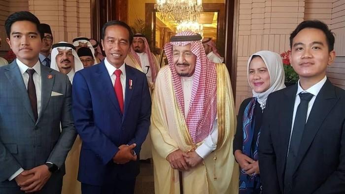 Jokowi dan Keluarga foto bersama Raja Salman. (Foto: Dok. Instagram Jokowi)