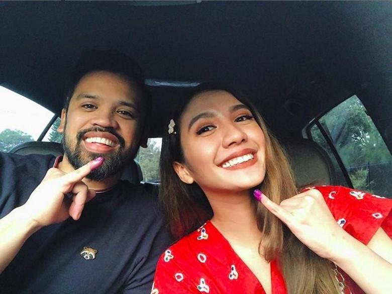 Tobat Golput, Suami Acha Sinaga Perdana Nyoblos saat Pemilu