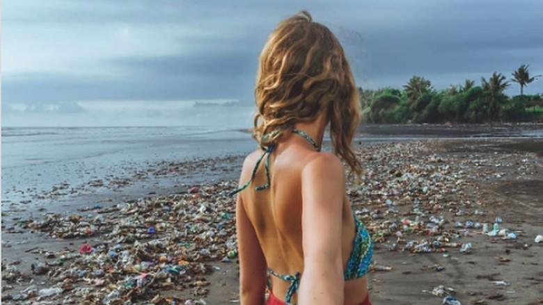 Ilustrasi manusia dan lautan sampah (Reuters)