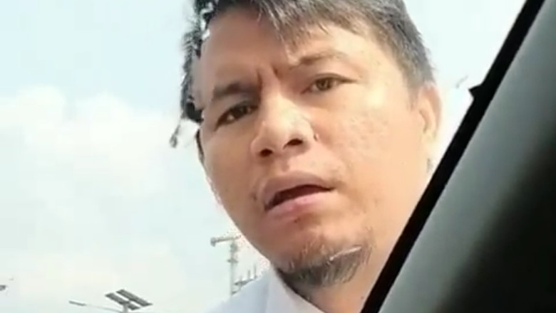Pengemudi Arogan Naik ke Kap Mobil di Tol Pancoran Seorang PNS