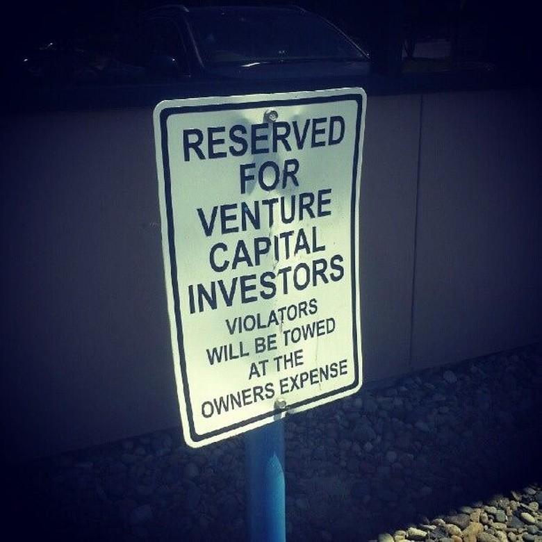 Silicon Valley adalah semua hal tentang uang. Kalian bisa menemukan investor teknologi di mana saja, bahkan disediakan tempat parkir khusus untuk investor di lingkungan Silicon Valley. Foto: via Trend Chaser