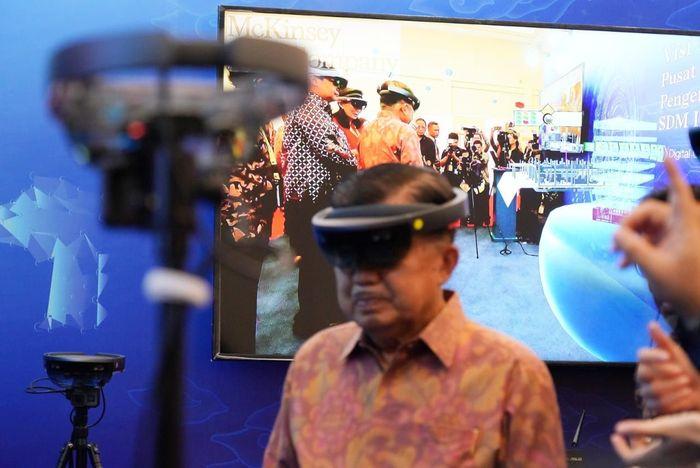JK menjajal kacamata MR atau Mixed Reality. JK jadi terlihat seperti Cyclops ketika menggunakan kaca mata virtual itu. Istimewa/Jeri Wongiyanto/Setwapres.