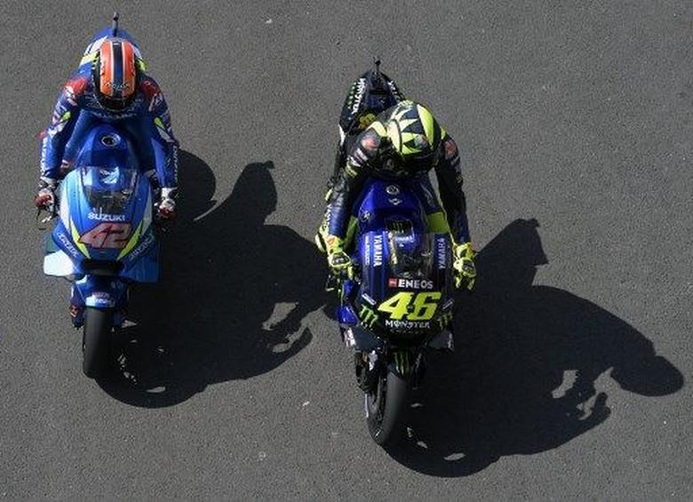 Alex Rins dan Valentino Rossi. Foto: JUAN MABROMATA / AFP