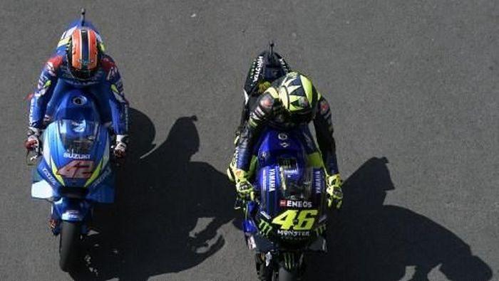 Alex Rins dan Valentino Rossi dapat merepotkan Andrea Dovizioso dan Marc Marquez di awal musim. (Foto: JUAN MABROMATA / AFP)