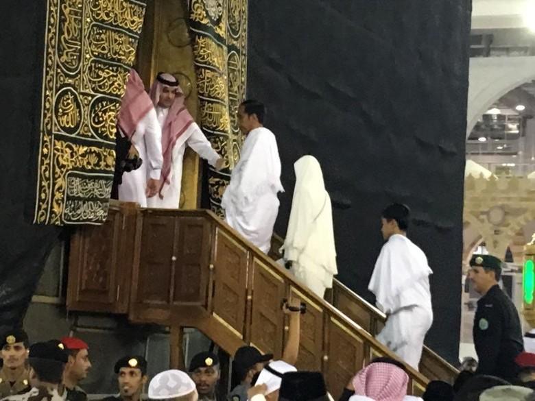 Jokowi-Iriana Masuk ke Dalam Kakbah Saat Umrah