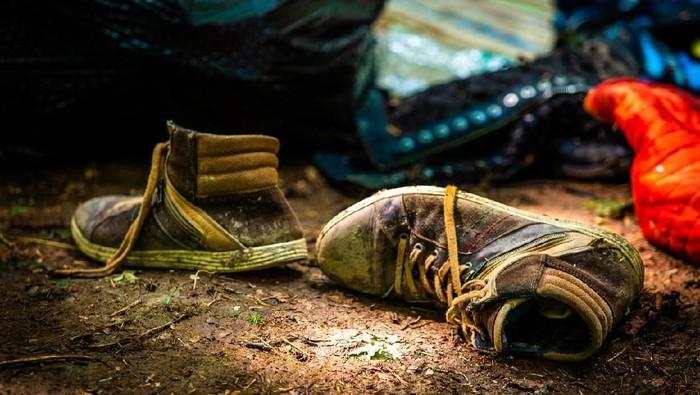 Ilustrasi sepatu basah karena kehujanan. Foto: iStock