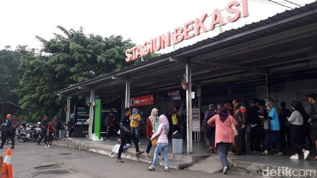 Suasana Stasiun Bekasi pukul 07.00 WIB.